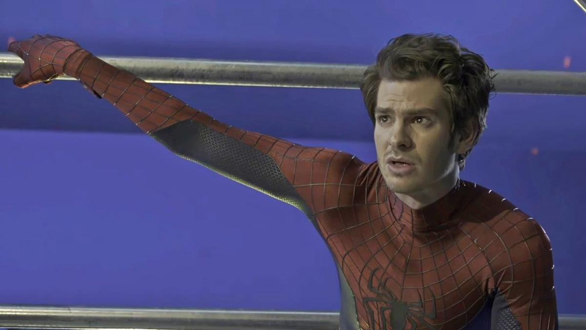 """Andrew Garfield says his photo on the set of Spider-man No Way Home is a """"photoshop"""""""