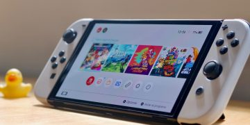 They test the materials of the Nintendo Swtich OLED and answer questions such as whether the back is made of metal or whether the screen protector is sufficient
